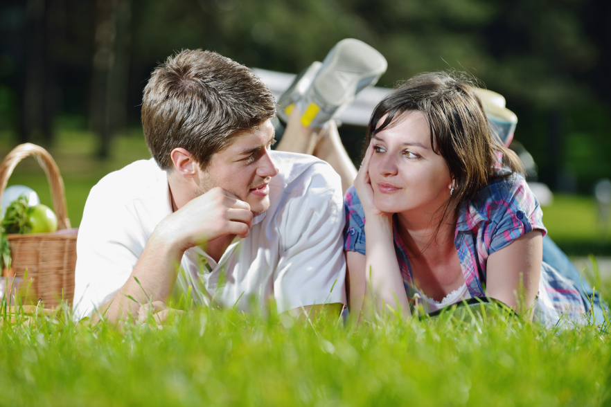 Kozzi-happy_young_couple_having_a_picnic_outdoor-882x589